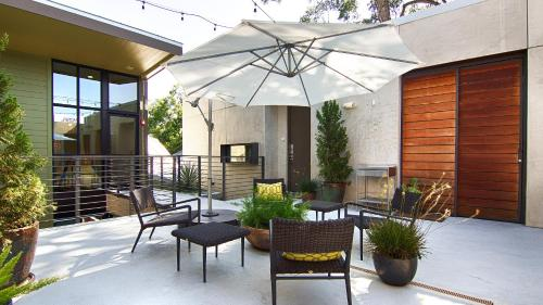 A porch or other outdoor area at Heywood Hotel