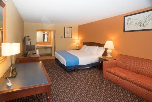 A bed or beds in a room at Colonnade Inn