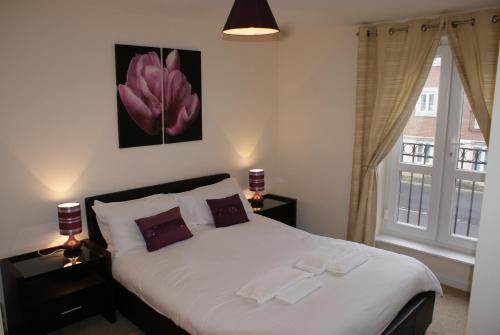 A bed or beds in a room at Brunel Crescent Apartments