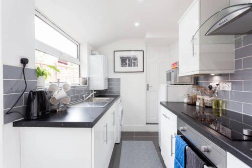 A kitchen or kitchenette at Ashton House