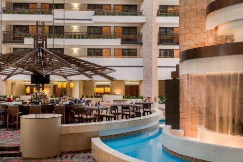 The lounge or bar area at Embassy Suites by Hilton Orlando International Drive ICON Park