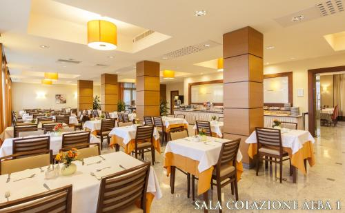 A restaurant or other place to eat at Nilhotel