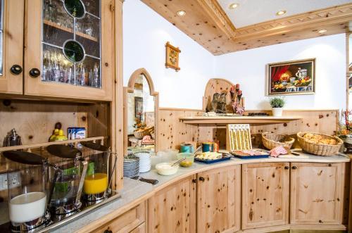 A kitchen or kitchenette at Hotel Garni Siegele