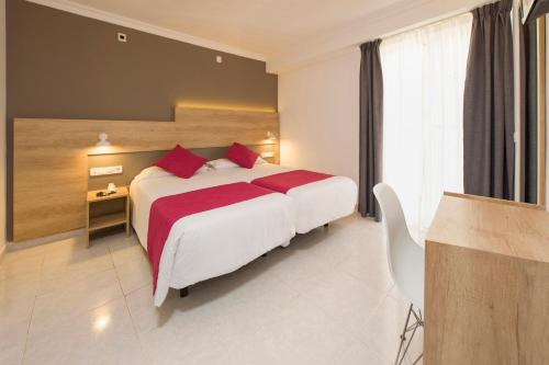 A bed or beds in a room at Hotel Playasol Marítimo