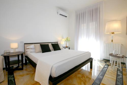 A bed or beds in a room at Starhost - GOLDEN SUITE