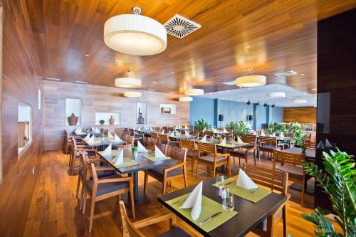 A restaurant or other place to eat at Villas Arbia - Rooms Villa Rio