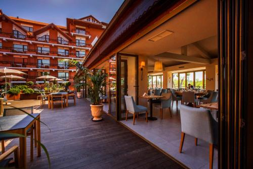 A restaurant or other place to eat at Caro Hotel