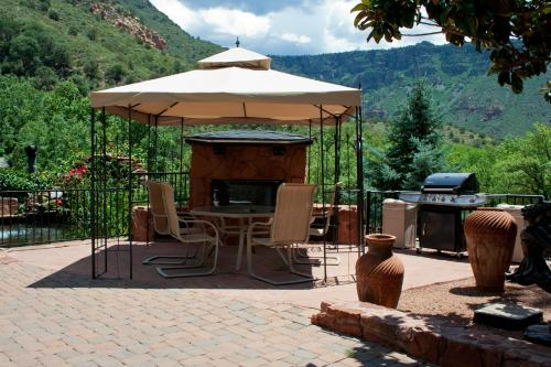 A porch or other outdoor area at Oak Creek Terrace Resort