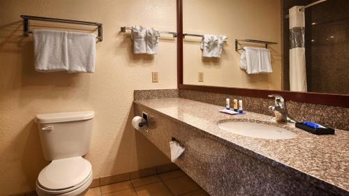 A bathroom at Best Western Plus Shamrock Inn & Suites