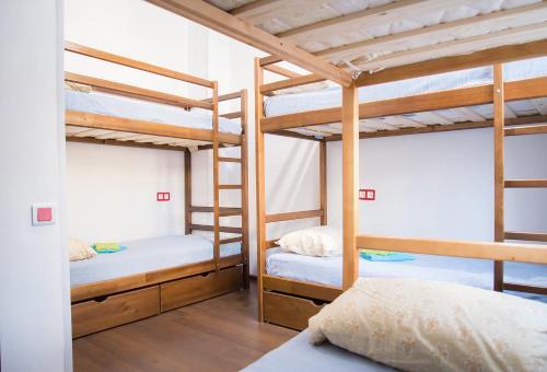 Двухъярусная кровать или двухъярусные кровати в номере RedLine hostel