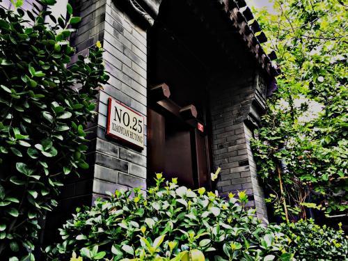The facade or entrance of Kelly's Courtyard Hotel