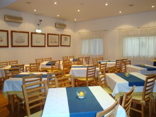 A restaurant or other place to eat at Hotel D. Ines de Castro