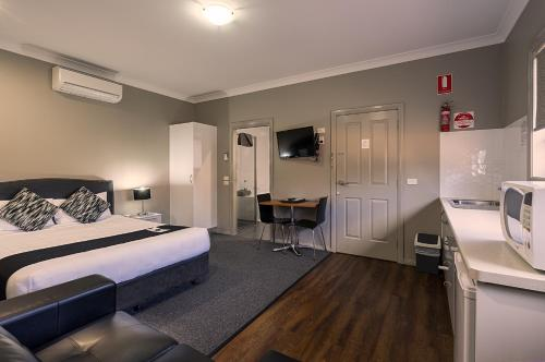 A room at Akuna Motor Inn and Apartments