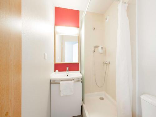 A bathroom at B&B Hôtel Grenoble Centre Verlaine