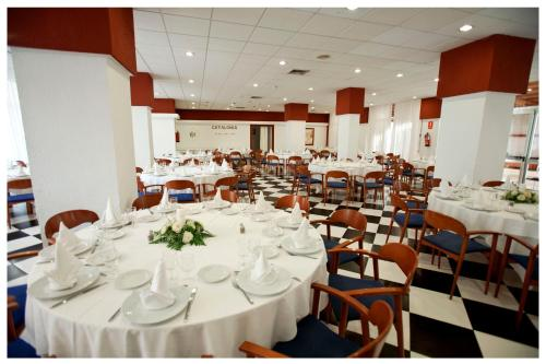 A restaurant or other place to eat at Catalonia Punta del Rey