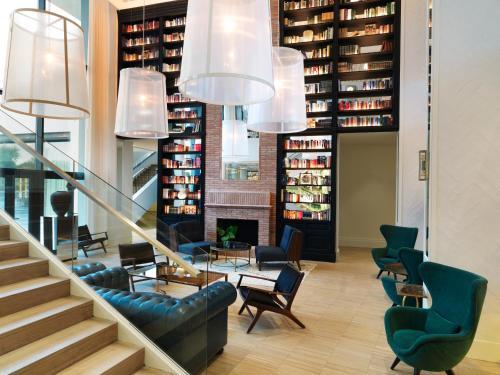 The lobby or reception area at Hotel Camiral at PGA Catalunya