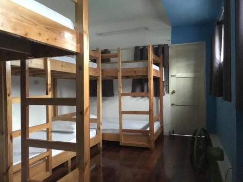 Un ou plusieurs lits superposés dans un hébergement de l'établissement Mapping Hostel