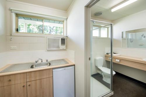 A bathroom at Box Hill Motel