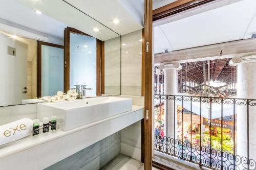 A bathroom at Exe Ramblas Boquería