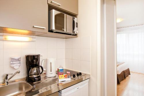 Cuisine ou kitchenette dans l'établissement Séjours & Affaires Paris-Vitry