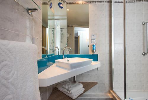A bathroom at Holiday Inn Express Edinburgh - Leith Waterfront, an IHG Hotel