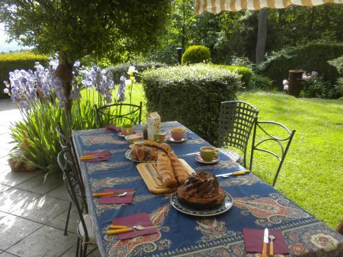 A restaurant or other place to eat at B&B La Nichardière charme et Spa
