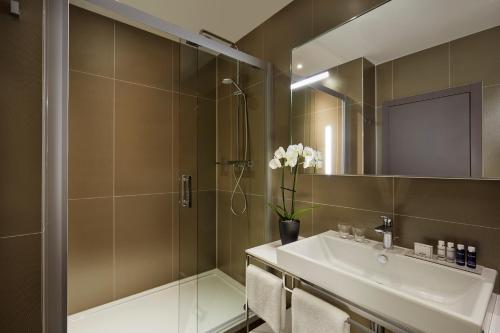 A bathroom at Park Plaza Nuremberg