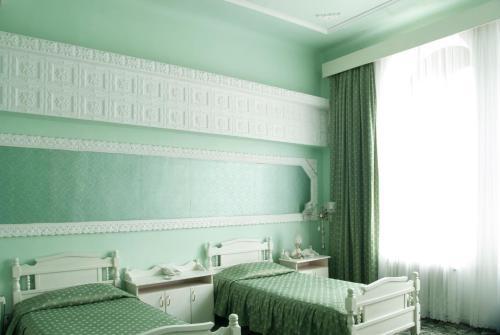 Un pat sau paturi într-o cameră la Hotel Dacia