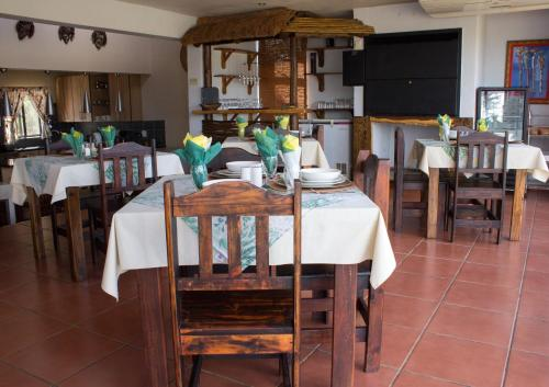 A restaurant or other place to eat at Villa Too Kruger Lodge