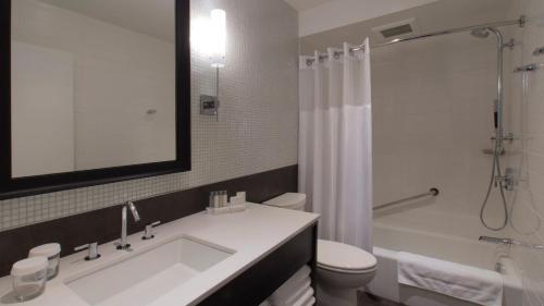 A bathroom at Hotel Manoir Victoria