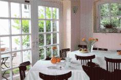 Ein Restaurant oder anderes Speiselokal in der Unterkunft Remise Blumberg