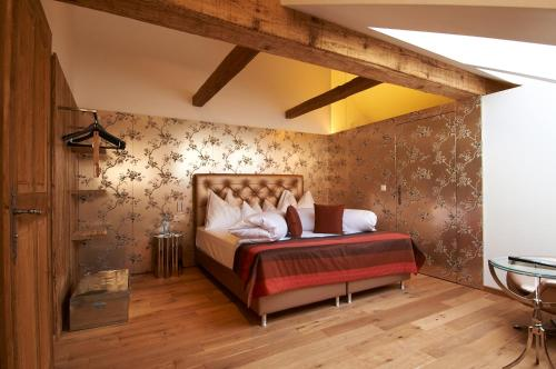 A bed or beds in a room at Hotel Landhaus Moserhof