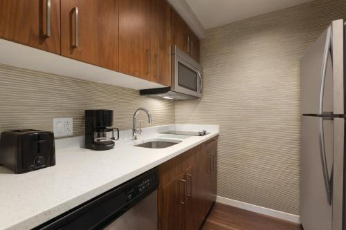 A kitchen or kitchenette at Homewood Suites by Hilton Pittsburgh Downtown