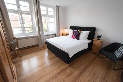Modern design im klassischem Altbau房間的床