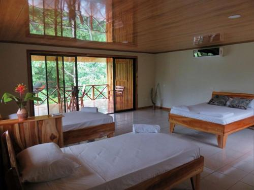 A bed or beds in a room at Vistadrake Lodge