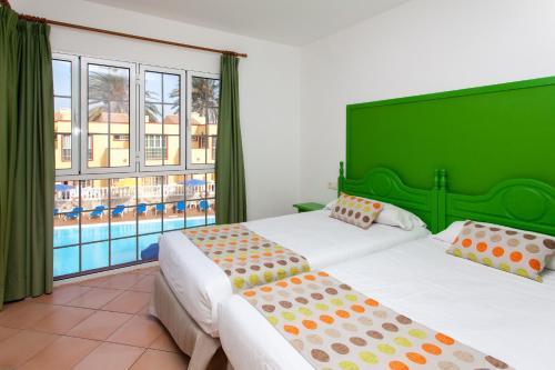 A bed or beds in a room at Apartamentos Maxorata Beach