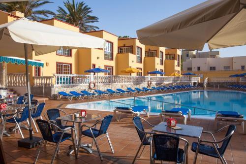 The lounge or bar area at Apartamentos Maxorata Beach
