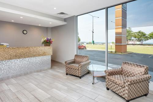 The lobby or reception area at Chicago Lakeshore Hotel