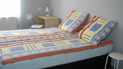 Łóżko lub łóżka w pokoju w obiekcie Hostel Kamienna Centrum