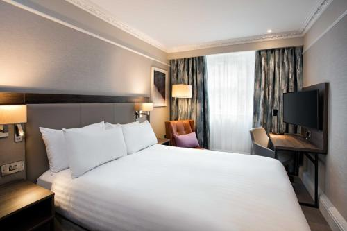 A bed or beds in a room at Hilton Edinburgh Carlton