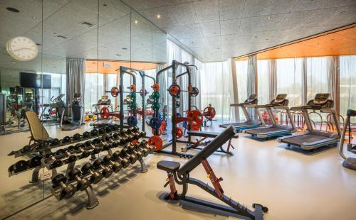 The fitness centre and/or fitness facilities at Family Hotel Amarin
