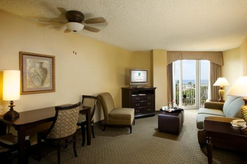 The lounge or bar area at Embassy Suites Deerfield Beach - Resort & Spa