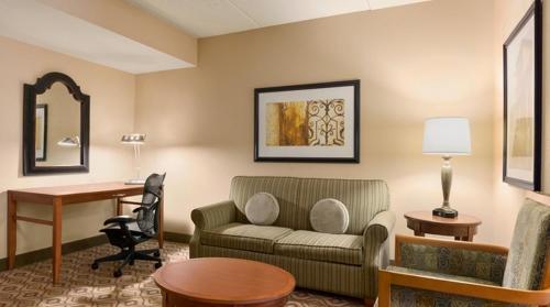 The lounge or bar area at Hilton Garden Inn Solomons