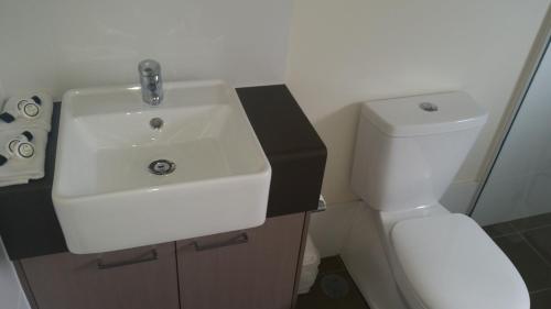 A bathroom at Dooleys Tavern and Motel Capella