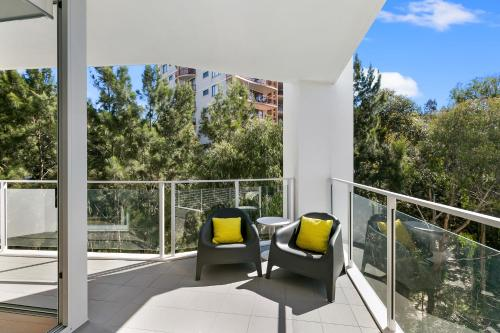 A balcony or terrace at Ultra modern 2 bdrm in St Leonards Crows Nest - 803NOR