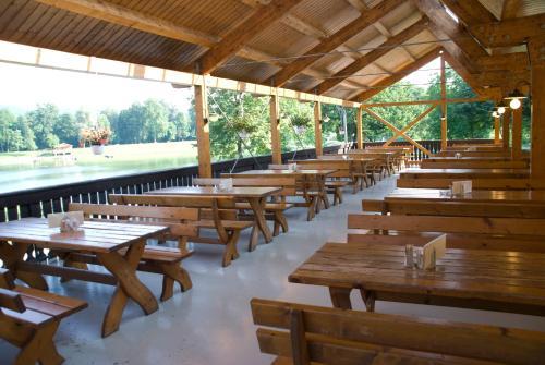 Ein Restaurant oder anderes Speiselokal in der Unterkunft Gasthof Röck