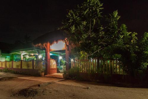 Ein Garten an der Unterkunft Moonlight Resort