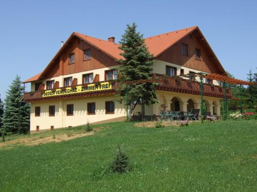 The building in which a vendégházakat is located