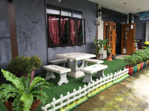 A porch or other outdoor area at Sawang Guesthouse