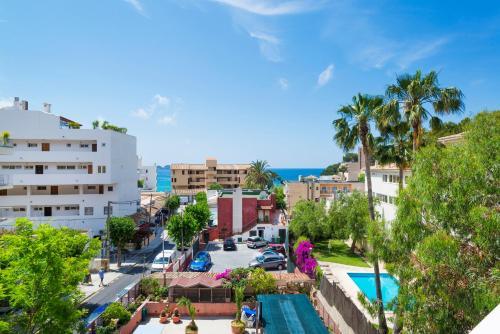 Vue sur la piscine de l'établissement Hostal Residencia Sutimar ou sur une piscine à proximité